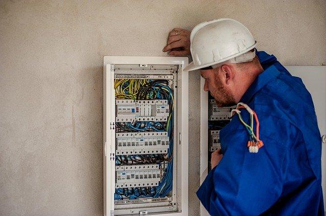 mestnye-ceny-na-uslugi-elektrika-v-chexii